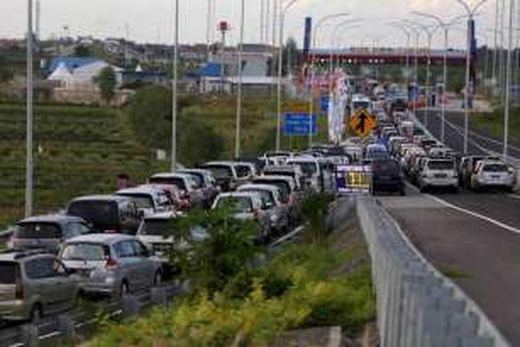 Kemacetan mengular sepanjang 18 kilometer di ruas tol Pejagan - Brebes Timur, Jawa Tengah, Jumat (01/07/2016). Puncak arus mudik diperkirakan terjadi pada H-3 lebaran.