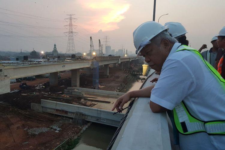 Menteri PUPR Basuki Hadimuljono saat meninjau proyek Jalan Tol Becakayu.