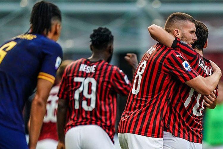 Ante Rebic dan Hakan Calhanoglu merayakan golnya ke gawang AS Roma, Minggu (28/6/2020) malam WIB.
