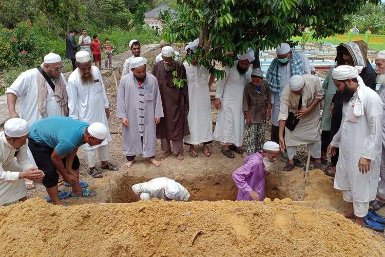 Pasien PDP asal Bangladesh, SA, dimakamkan di TPU Air Anyir, Bangka, Senin (30/3/2020).