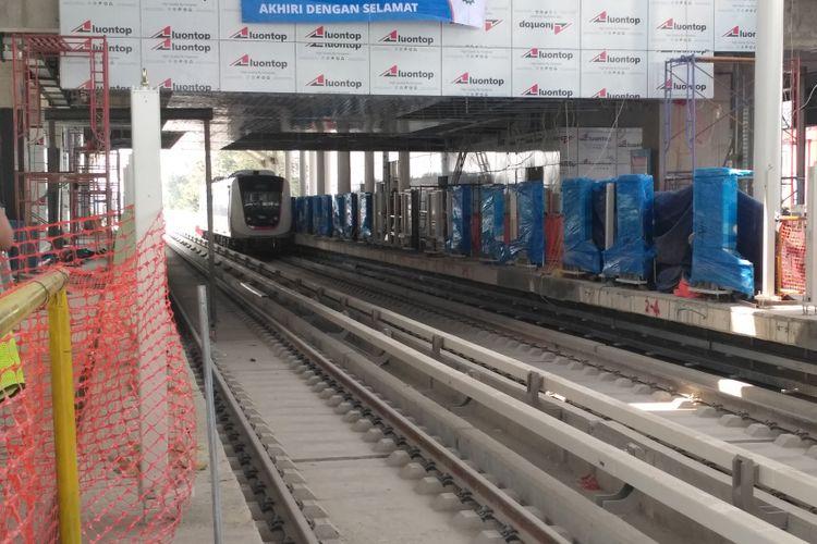 Penampakan kereta LRT di stasiun Kelapa Gading, Jakarta.