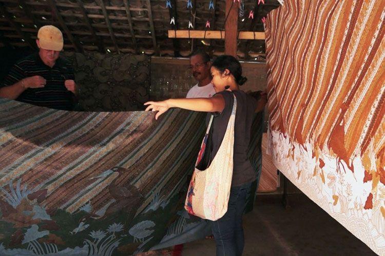 Pelanggan sedang memelihat kain batik di Sentra Batik Wijirorejo.