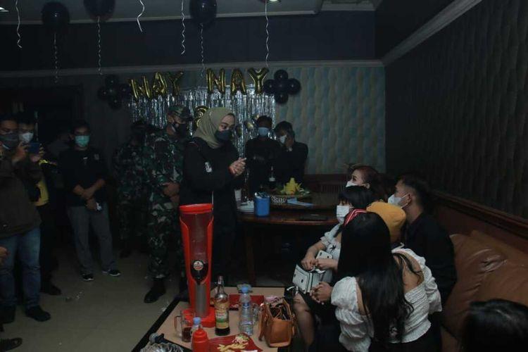 Satuan Tugas (Satgas) Penanganan Covid-19 Karawang mendapati sebuah tempat hiburan malam (THM) tetap buka saat selama pemberlakuan pembatasan kegiatan masyarakat berskala mikro (PPKMBM), Kamis (24/6/2021) malam.