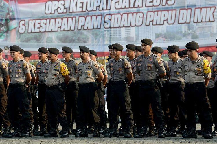Sejumlah personel Polri mengikuti Apel Konsolidasi Operasi Ketupat Jaya 2019 dan Kesiapan PAM Perselisihan Hasil Pemilihan Umum (PHPU) Mahkamah Konstitusi (MK) di Lapangan Monas, Jakarta, Kamis (13/6/2019). Apel yang diikuti oleh prajurit TNI, Polri, Satpol PP, Dinas Perhubungan dan Pemadam Kebakaran tersebut untuk memastikan kesiapan personel dalam pengamanan sidang PHPU di MK.