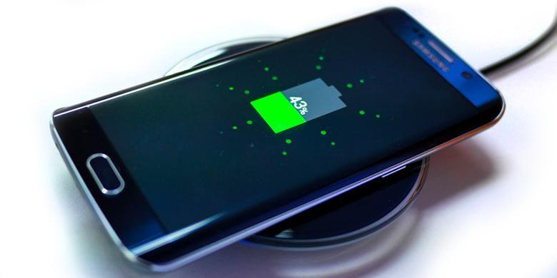 Galaxy S6 Edge mengisi baterai di atas aksesori wireless charging pad