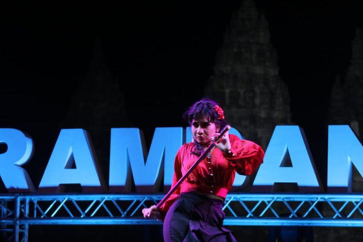 Penyanyi Galabby memainkan tongkat saat menyanyikan lagu Feeling Good di Prambanan Jazz 2019 di Kompleks Candi Prambanan, Kabupaten Sleman, DI Yogyakarta, Jumat (5/7/2019).