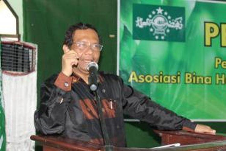 Mantan Ketua Mahkamah Konstitusi, Mahfud MD berbicara dalam sarasehan Kebangsaan di Kantor PWNU Jawa Tengah, Minggu (23/3/2014). Dia sudah siapkan jas untuk pelantikan presiden.