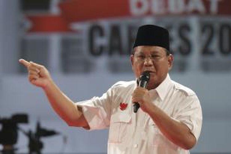 Calon Presiden nomor urut 1 Prabowo Subianto memberikan visi misi dalam debat capres 2014 putaran kedua, di Hotel Gran Melia, Kuningan, Jakarta, Minggu (15/6/2014).