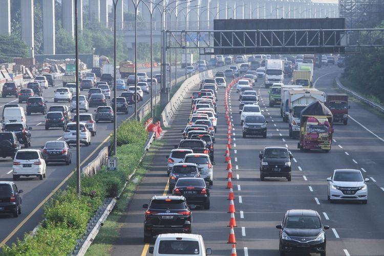 Sejumlah kendaraan melintas di lajur contraflow di ruas jalan Tol Jagorawi arah menuju ke Cawang di Cibubur, Jakarta Timur, Senin (8/6/2020). Terpantau terjadi kepadatan kendaraan di Tol Jagorawi menuju arah Jakarta dari KM 13 Cibubur hingga KM 08 Cipayung.