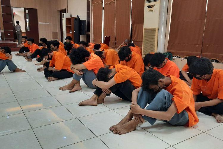 28 pelajaran SMK di Kota Bekasi ditangkap polisi saat hendak tawuran dan bawa senjata tajam di kawasan Grand Mall Bekasi, Senin (28/9/2020).