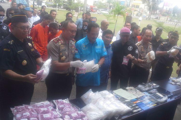 Kapolda, Irjen Pol Agung Budi Maryoto dan Deputi Pemberantasan BNN Irjen Arman Depari perlihatkan barang bukti di depan Mapolda Sumsel tadi siang
