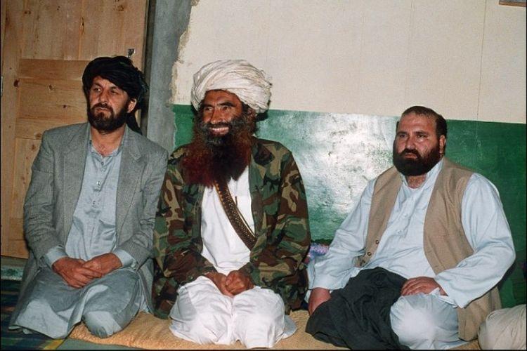 Pemimpin kelompok Haqqani, Jalaluddin Haqqani (tengah) di markasnya di Pakistan.