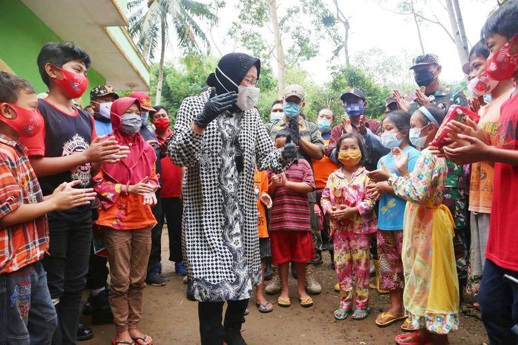 Menteri Sosial (Mensos) Tri Rismaharini saat berinteraksi dengan anak-anak korban bencana alam di Nusa Tenggara Timur (NTT).