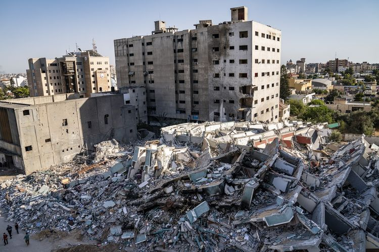 Puing-puing reruntuhan Jala Tower yang hancur akibat serangan udara Israel di Gaza, difoto pada Jumat (21/5/2021). Gedung ini dipakai sebagai kantor oleh media-media internasional seperti Al Jazeera dan Associated Press untuk biro Gaza selama 15 tahun.