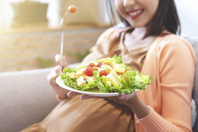 Konsumsi makanan kaya gizi untuk meningkatkan daya tahan tubuh.