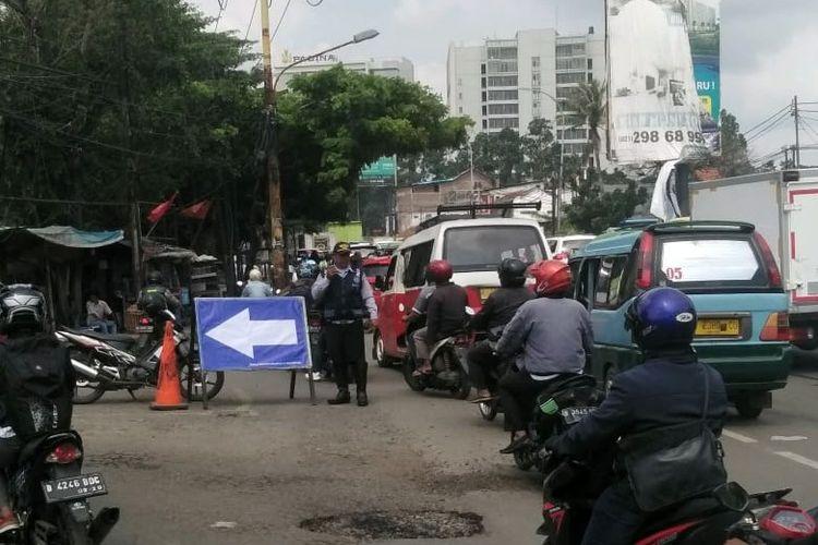 Kemacetan di Jalan Daan Mogot Kilometer 22 Batuceper akibat perbaikan jalan, Senin (2/3/2020).