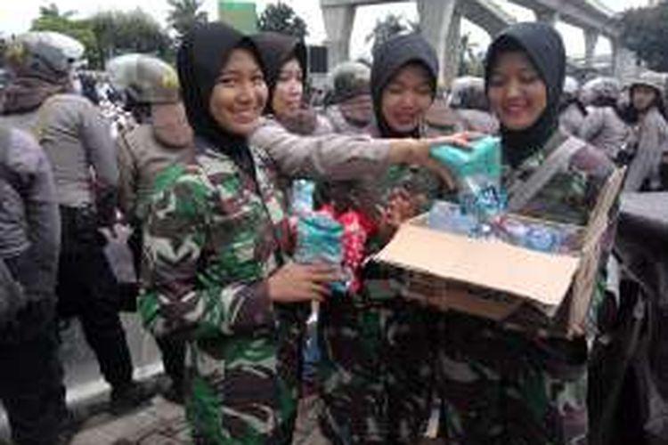 Polisi wanita dan Korps Wanita Angkatan Darat saat di Jalan Trunojoyo, Jakarta Selatan, Senin (16/1/2017).