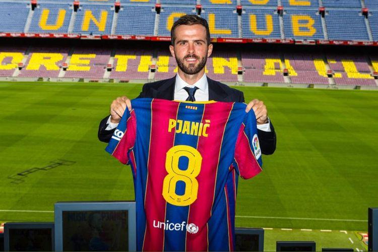 Miralem Pjanic diperkenalkan sebagai pemain baru Barcelona di Stadion Camp Nou, Selasa (15/9/2020).