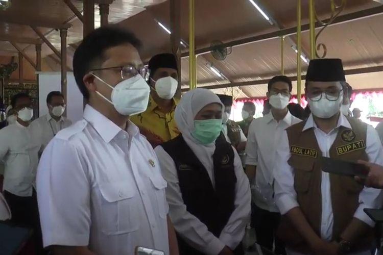 Gubernur Khofifah Indar parawansa mendampingi Menkes RI Budi Gunadi Sadikin dan Kepala BNPB Ganip Warsito saat menjawab pertanyaan wartawan di Pendopo Bangkalan, Selasa (08/06/2021)