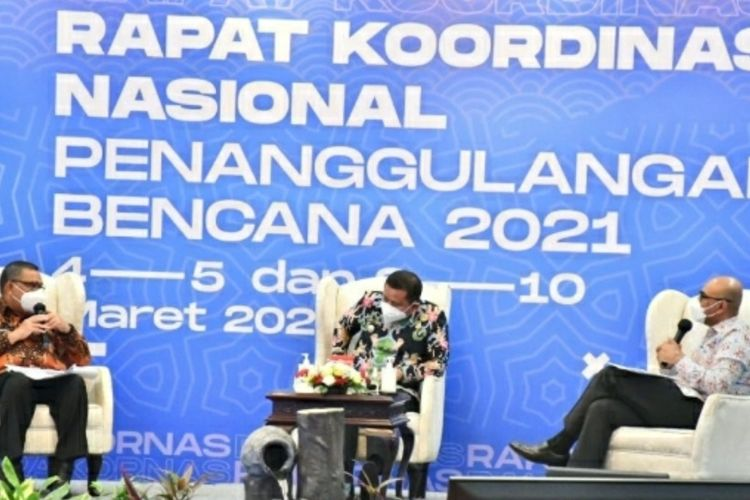 Wakil Gubernur Riau Edy Natar Nasution (kiri) saat mengikuti rapat bersama BNPB terkait penanggulangan karhutla, di Jakarta, Jumat (5/3/2021).