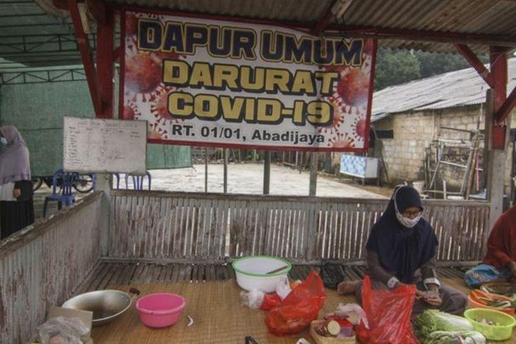 Warga membuat dapur umum untuk membantu mereka yang menjalani isolasi mandiri di Jawa Barat.