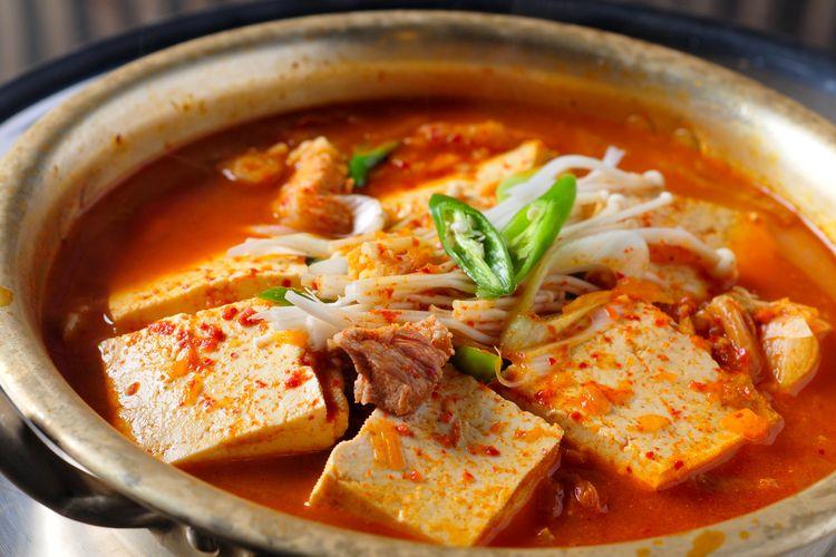 Ilustrasi kimchi jjigae
