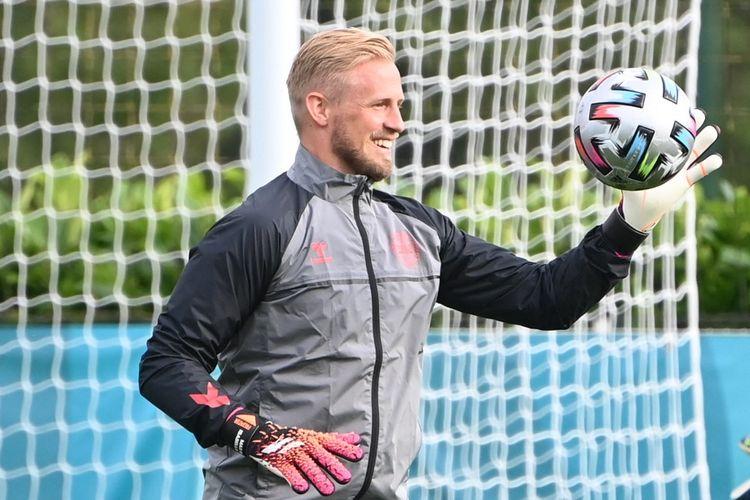 Kiper timnas Denmark Kasper Schmeichel menghadiri latihan H-1 laga semifinal Piala Eropa 2020 di markas latihan Tottenham di London jelang partai kontra Inggris pada Rabu (7/7/2021).