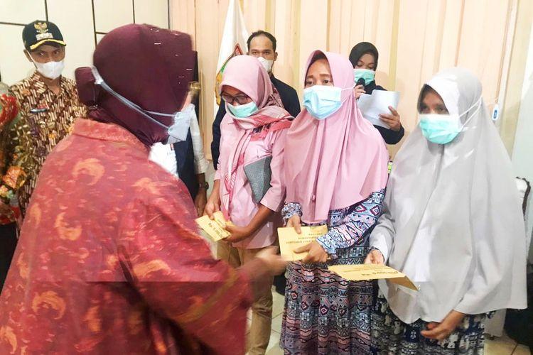 Menteri Sosial (Mensos) Tri Rismaharini saat menyerahkan bantuan sosial kepada para korban bencana longsor di Kabupaten Solok, Sumatera Barat, pada Rabu (12/5/2021).