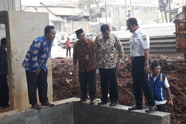 Gubernur DKI Jakarta Anies Baswedan menginspeksi proyek Tol Becakayu di kawasan Cawang, Kamis (4/4/2019).