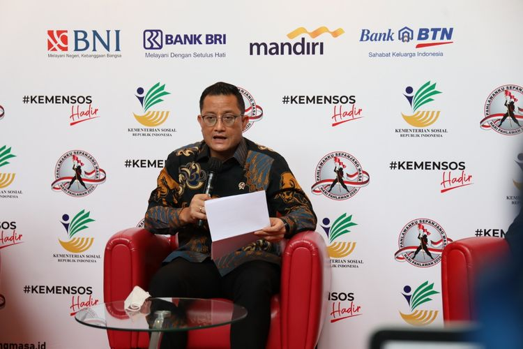 Menteri Sosial Juliari P Batubara saat memberikan keterangan mengenai tunjangan pahlawan di Jakarta, Minggu (08/11/2020).