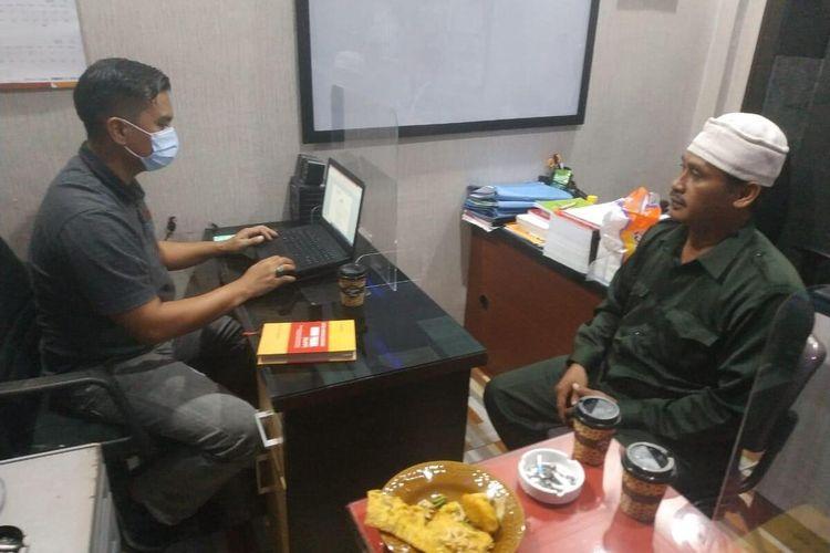 Ketua FPI Kota Pekanbaru Husni Thamrin saat menjalani pemeriksaan penyidik Satreskrim Polresta Pekanbaru, Selasa (24/11/2020).