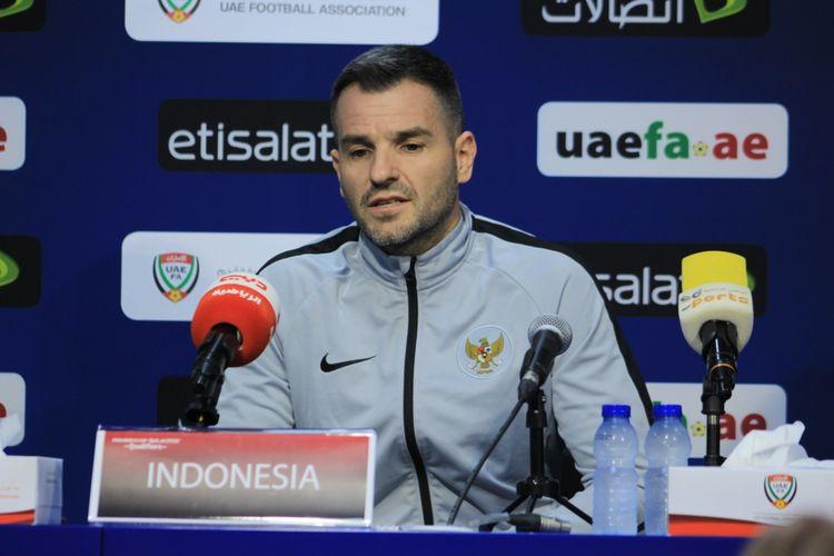Pelatih timnas Indonesia, Simon McMenemy menjawab pertanyaan dari media saat jumpa pers sebelum laga Uni Emirat Arab vs Indonesia, Rabu (9/10/2019) WIB.