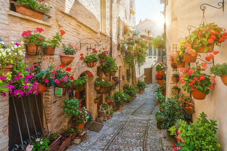 Ilustrasi Italia - Pemandangan sebuah jalur kecil di Perugia, Umbria, Italia.