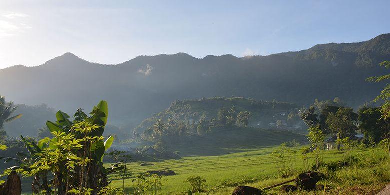 Keindahan Puncak Poso Kuwuh dilihat dari Lembah Ranggu-Kolang, Kecamatan Kuwus, Kabupaten Manggarai Barat, Flores, NTT, Minggu (31/3/2019). Ini salah satu destinasi trekking yang minim promosi di Manggarai Barat.