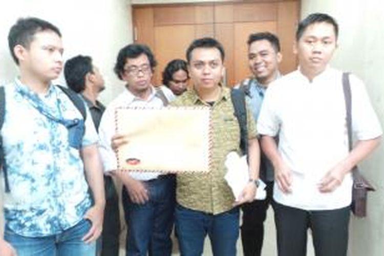Koalisi Masyarakat Sipil saat datang ke ruang Badan Kehormatan DPR untuk melaporkan Wakil Ketua DPR Priyo Budi Santoso karena dianggap memfasilitasi narapidana korupsi untuk mendapatkan remisi, Kamis (18/7/2013), di Gedung Parlemen, Jakarta.
