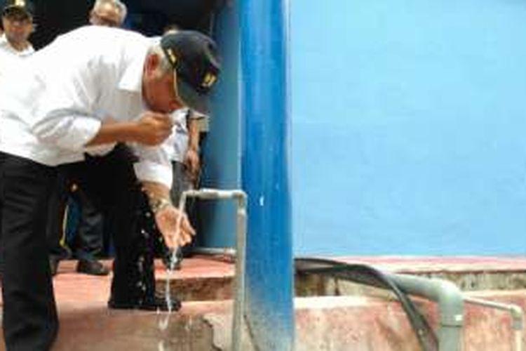 Menteri PUPR Basuki Hadimuljono saat mencicipi air hasil IPA Parit Mayor di Pontianak, Selasa (20/12/2016).