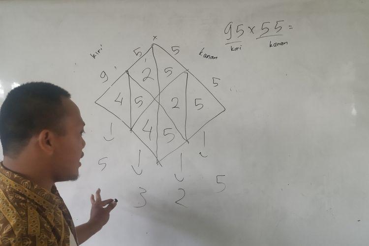 Guru honorer, Panji Setiaji memberikan pelajaran matematika bagi para muridnya kelas 4 SDN Babakan, Kecamatan Cibeureum, Sukabumi, Jawa Barat, Jumat (31/1/2020).