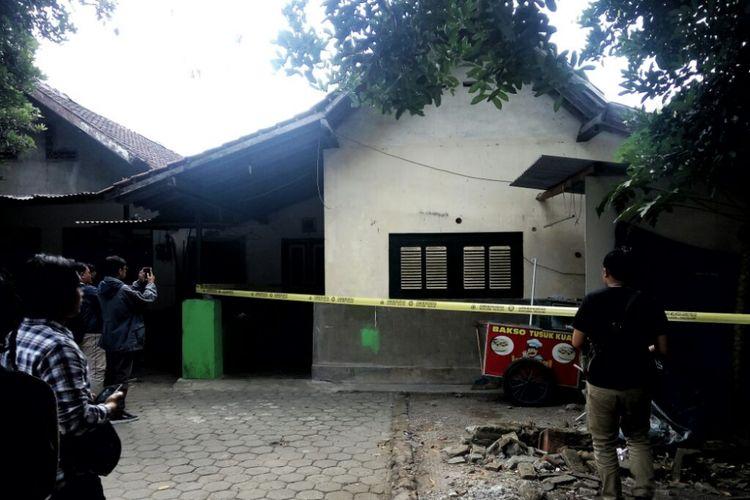 Rumah kontrakan di  Rt 05/Rw 35 Bedingin, Wetan Sumberadi, Mlati, Sleman yang ditinggali SFH, istri dan anaknya dipasangi garis polisi, Rabu (11/7/2018)