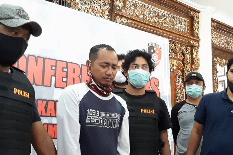 Budi Cahyono (43) warga Kemijen Semarang Timur pelaku pemukulan seorang perawat saat konferensi pers di kantor Polrestabes Semarang, Minggu (12/4/2020)