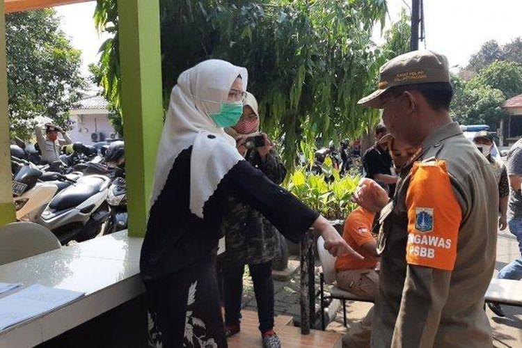 Seorang wanita yang terjaring razia masker di kawasan Pasar Minggu, Jakarta Selatan, Kamis (17/9/2020).