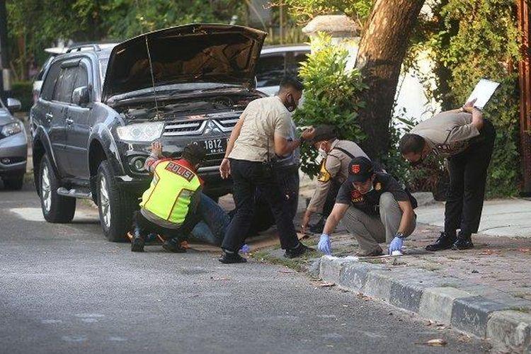 Polisi dan Tim Identifikasi melakukan penyisiran di lokasi ledakan di Jalan Yusuf Adiwinata, Menteng, Jakarta Pusat, Minggu (5/7/2020). Ledakan yang diduga berasal dari bom rakitan itu, meledak sekitar pukul 15.30 an. Sampai saat ini kepolisian pun masih melakukan penyisiran di lokasi kejadian.