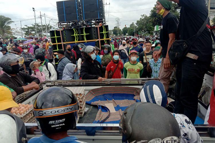 Ribuan warga berkumpul di depan Kantor Pemkab Blitar di Kecamatan Kanigoro guna mengikuti pembagian telur gratis oleh peternak ayam petelur, Selasa (28/9/2021)