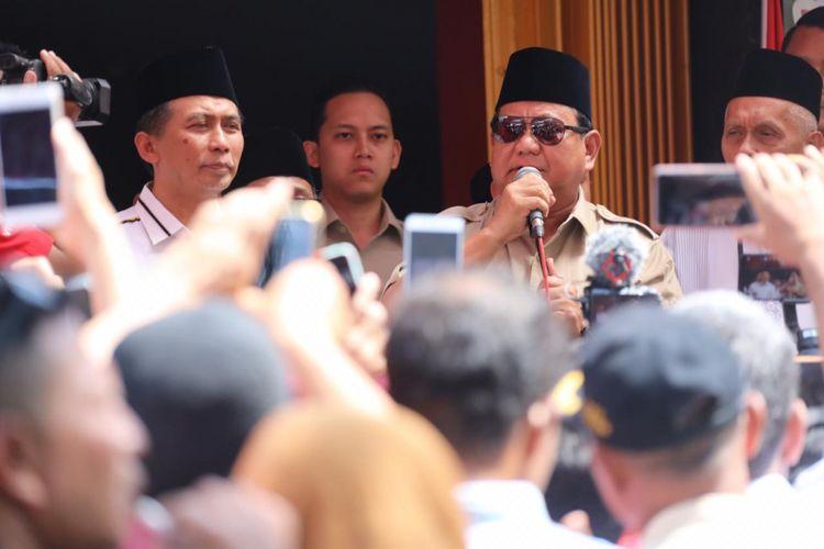Calon presiden nomor urut 02 Prabowo Subianto saat menghadiri sarapan bersama relawan dan tokoh masyarakat serta pimpinan koalisi Indonesia Adil Makmur wilayah Ponorogo di rumah makan Sate Lego, Ponorogo, Jawa Timur, Kamis (1/11/2018).