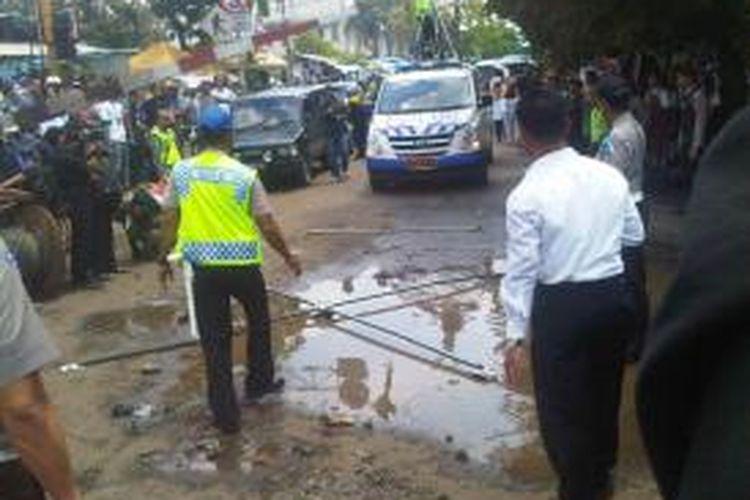 Polisi mengukur kecepatan truk dan kereta sehingga terjadinya tabrakan, Selasa (10/12/2013)