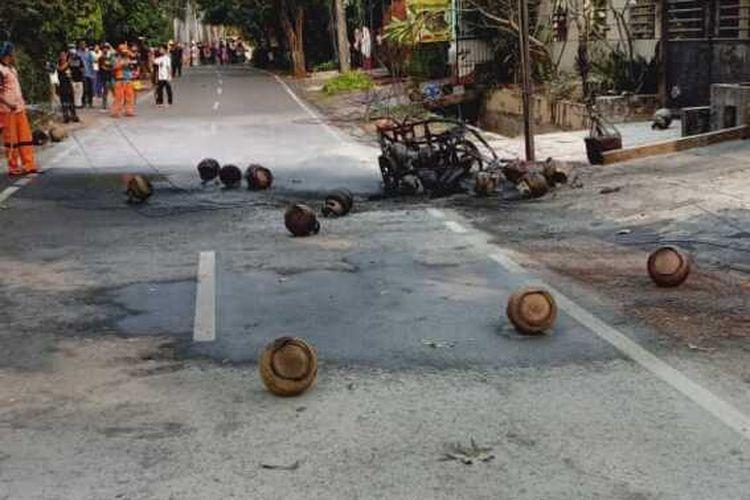 Motor pengantar tabung gas terbakar di kawasan Jatinegara, Jakarta Timur, Rabu (5/8/2020)