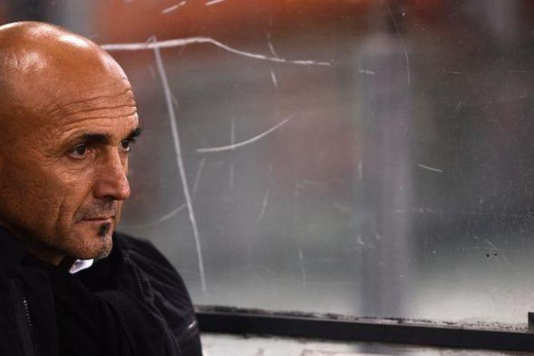 Pelatih AS Roma, Luciano Spalletti, menyaksikan timnya bertanding melawan Viktoria Plzen di Stadion Olimpico, 24 November 2016.