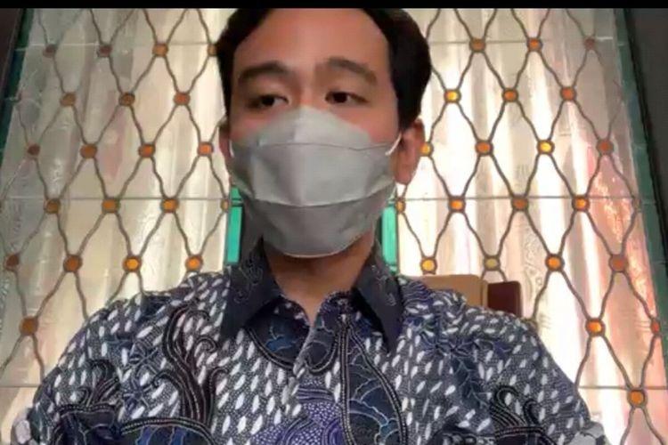 Wali Kota Solo Gibran Rakabuming Raka memberikan keterangan pers dalam zoom meeting di Solo, Jawa Tengah, Rabu (14/7/2021).