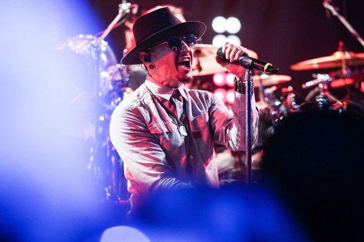 Chester Bennington, vokalis grup band asal AS, Linkin Park, tampil di atas panggung saat pesta peluncuran album iHeartRadio yang digelar State Farm di iHeartRadio Theatre Los Angeles, di Burbank, California, Senin (22/5/2017) waktu setempat. Seperti diberitakan, Chester meninggal dunia dengan bunuh diri pada Kamis (20/7/2017) waktu setempat, dalam usia 41 tahun.