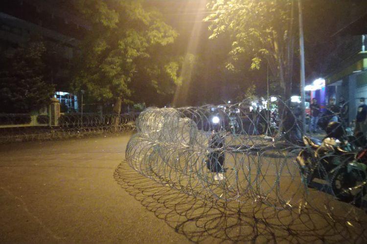 Demonstran masih tetap bertahan di bundaran DPRD Jember, mereka memblokir tiga  jalan