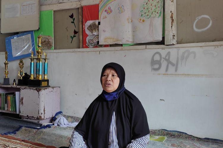 Euis, salah satu pekerja sosial masyarakat (PSM) yang mengelola Rehabilitasi Berbasis Masyarakat (RBM) di Desa Cibiru Wetan, Kecamatan Cileunyi, Kabupaten Bandung. Bersama para PSM dan yayasan terkait, ia memberikan pendampingan dan bimbingan kepada anak-anak penyandang disabilitas.